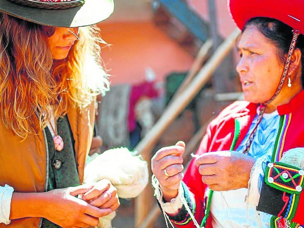 Cristina Huarte-a la izquierda-, en Perú, donde realiza una residencia artística en Cuzco.