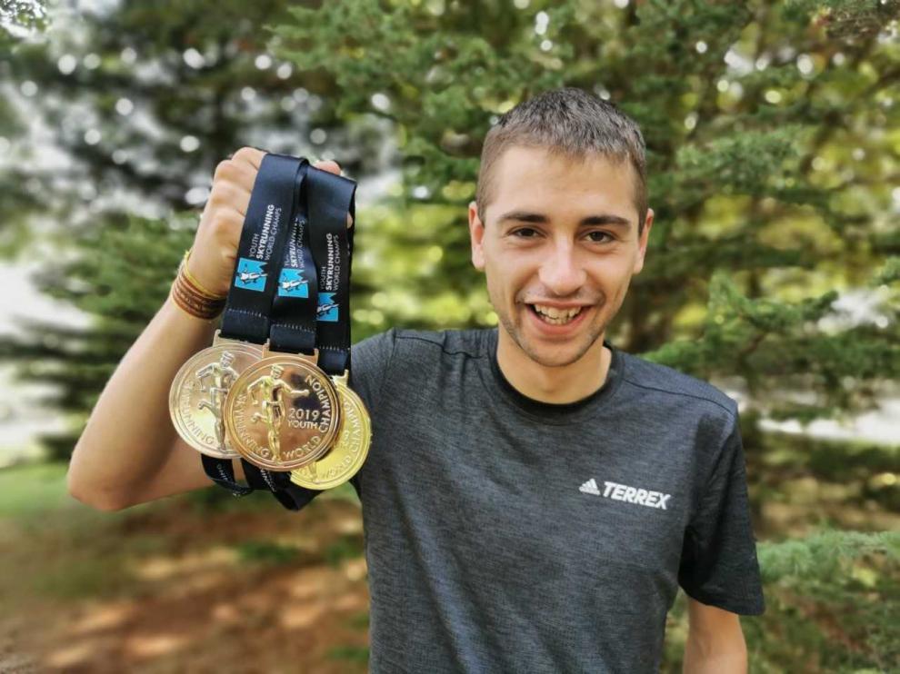 Daniel Osanz, este martes en Jaca con las medallas conquistadas en Italia el pasado fin de semana