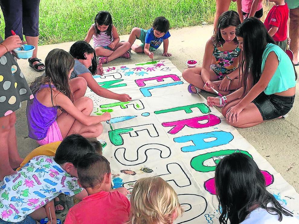 Los niños fueron los encargados de pintar una gran pancarta para recibir a los visitantes.