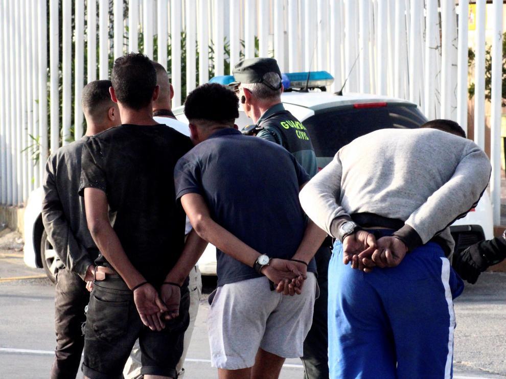 Inmigrantes detenidos en Ceuta en el marco de la 'Operación Feriante'.