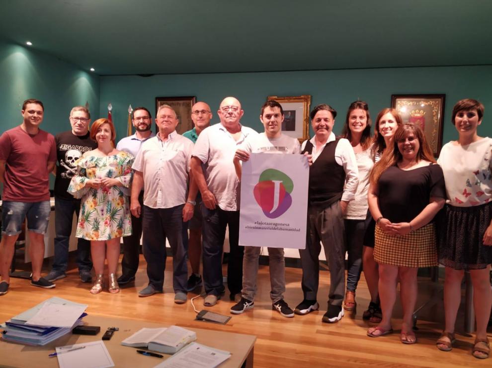 Foto de grupo en el Ayuntamiento de La Muela después de cantar una jota.