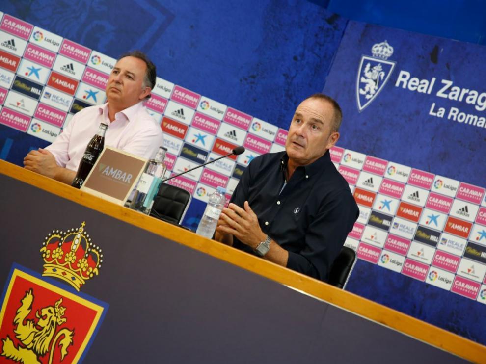 Víctor Fernández, junto al jefe de prensa del club, Miguel Gay, durante la larga rueda de prensa de este martes en el estadio.