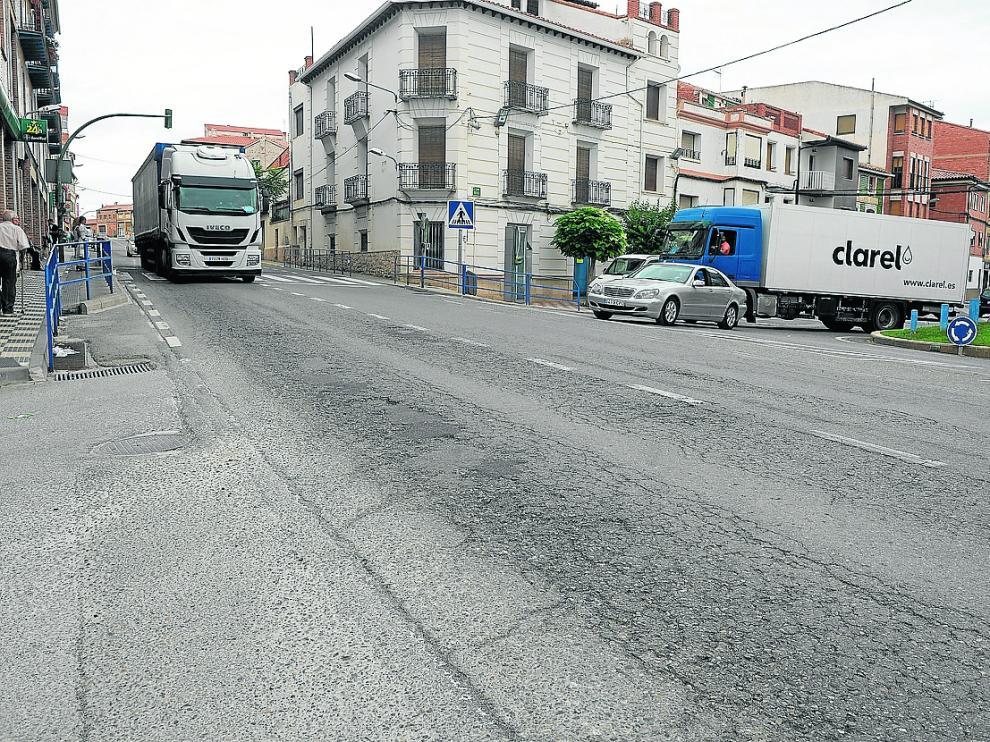 Como se ve, el firme de la travesía urbana de la N-211 por Monreal del Campo está deteriorado