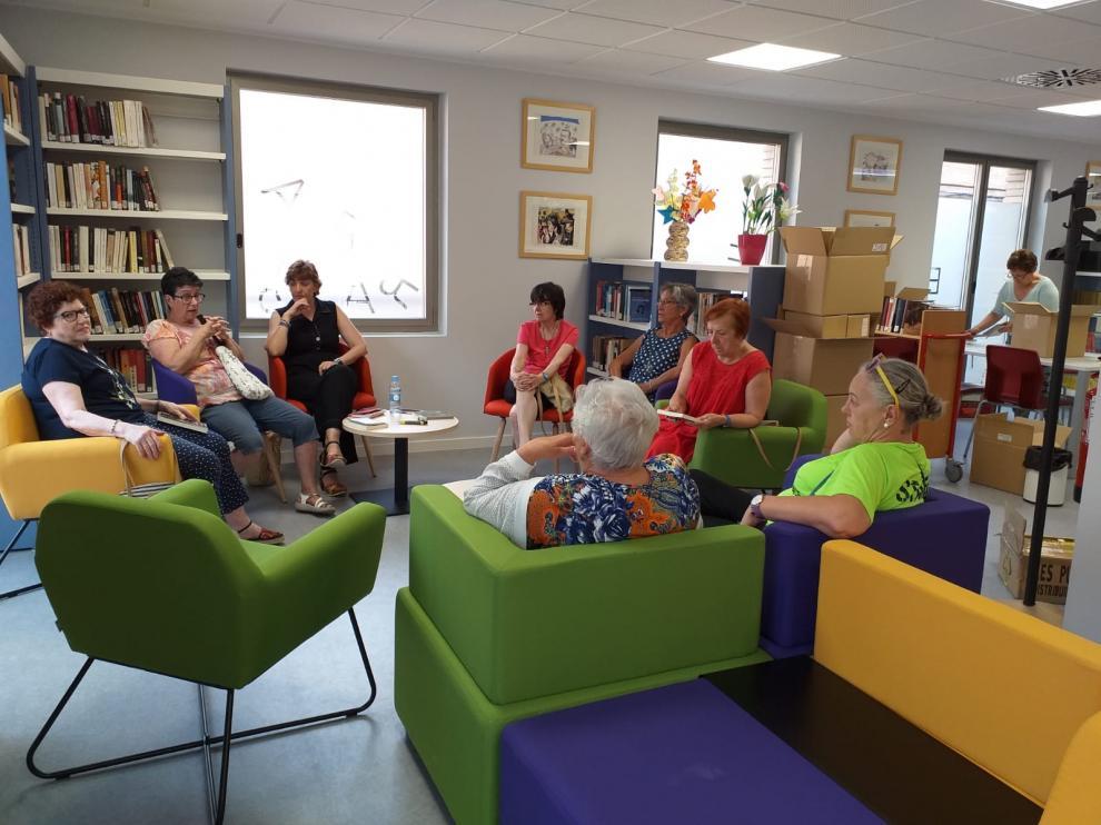 Integrantes del club de lectura en las nuevas instalaciones, durante uno de sus encuentros.