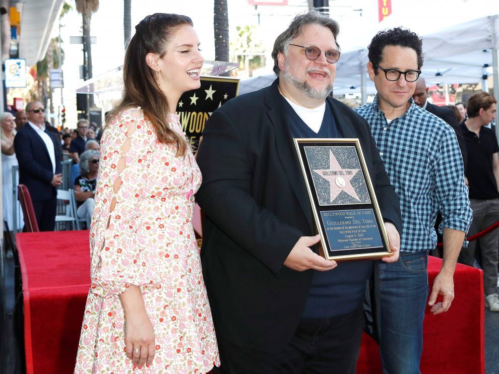 La cantante Lana del Rey junto al director mexicano Guillermo Del Toro y el director estadounidense J. J. Abrams.