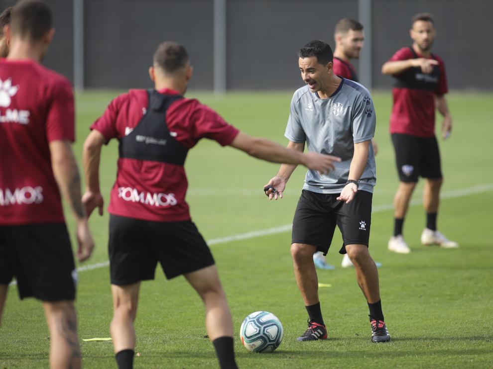 El entrenador de la SD Huesca, Míchel Sánchez, durante uno de los rondos del entrenamiento de este miércoles.