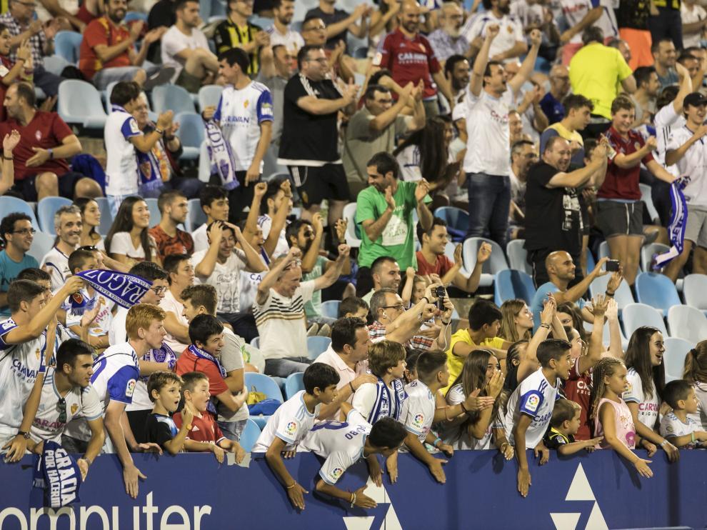 La afición del Real Zaragoza el pasado miércoles durante el Memorial Carlos Lapetra.
