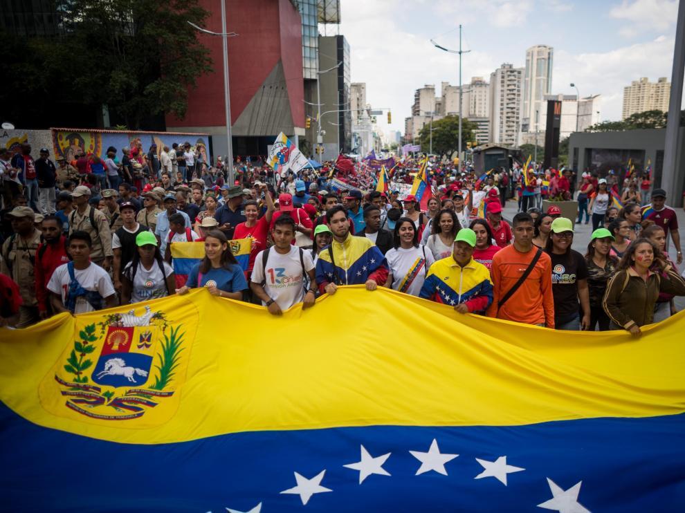Miles de simpatizantes con el Gobierno de Venezuela participan en una manifestación contra el bloqueo de los bienes estatales de Venezuela en suelo estadounidense.