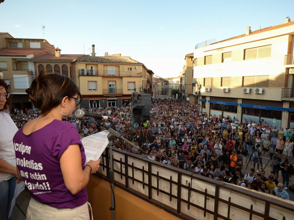 Los vecinos de Andorra salieron a la calle este jueves para mostrar su rechazo a la violencia y su respaldo a la madre, que permanece ingresada.