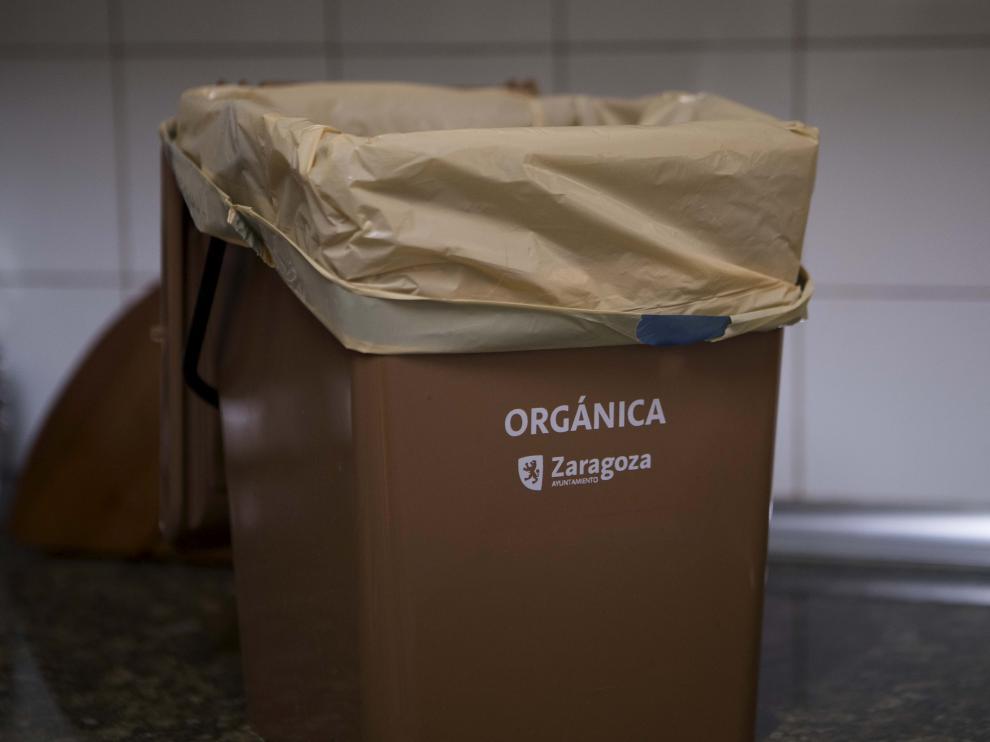 Contenedor distribuido por el Ayuntamiento para la recogida de basura orgánica en los domicilios.