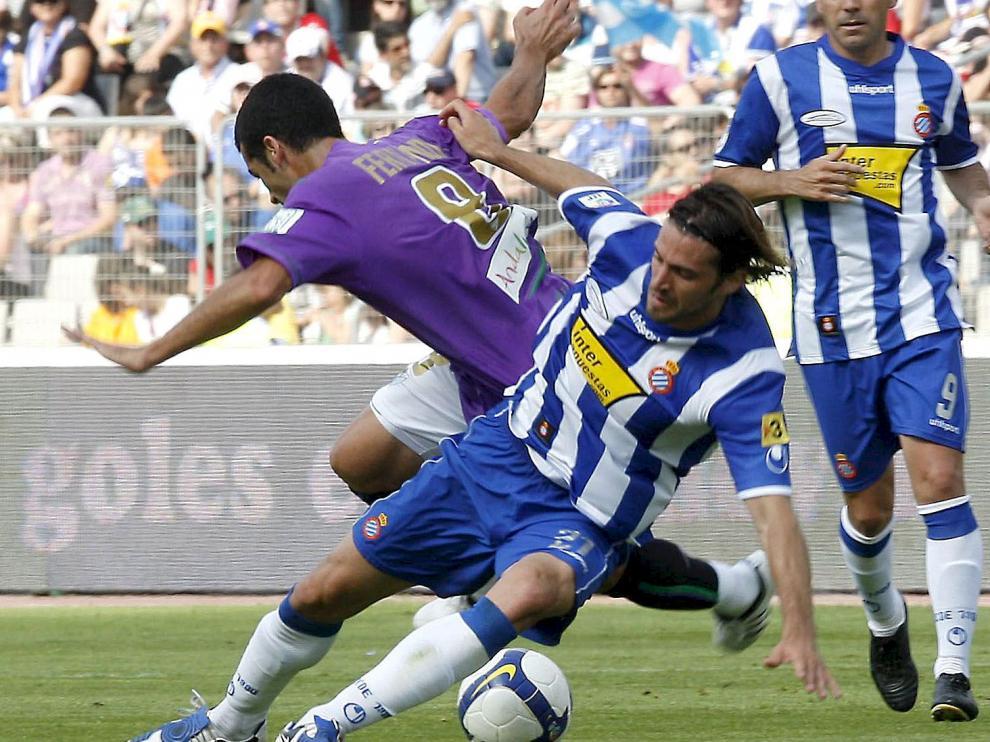 Dani Jarque, junto al centrocampista del Málaga, Fernando Fernández, durante el partido de la última jornada de Primera División de la temporada 2008-2009.