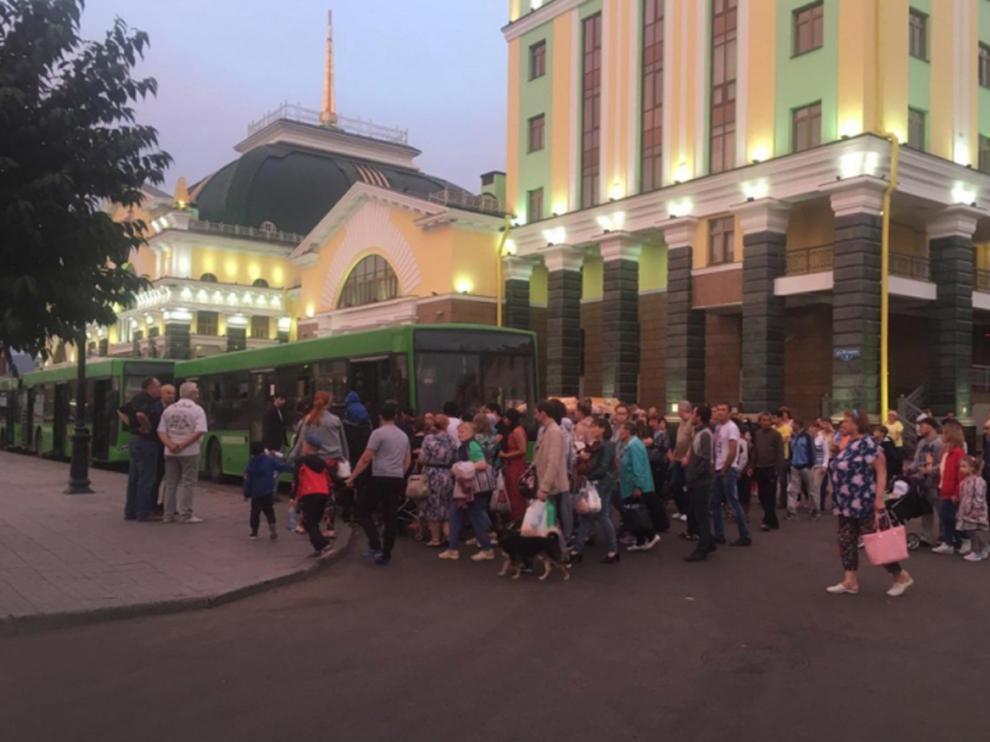 Gente evacuada de los alrededores del lugar de la explosión.