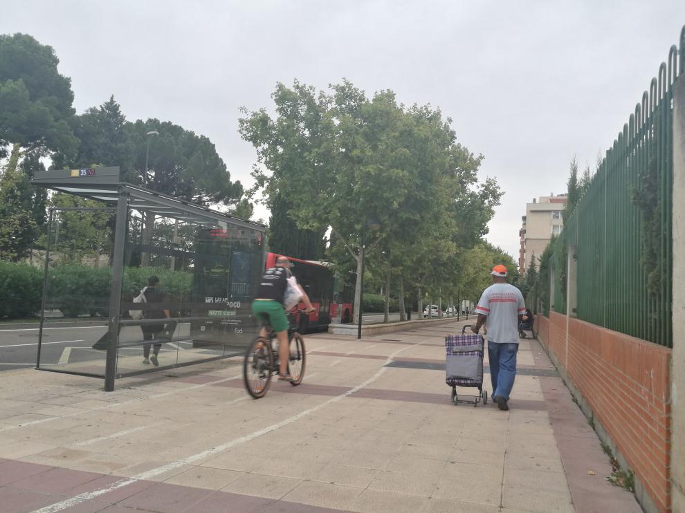 La acera bici atraviesa la avenida Academia General Militar.