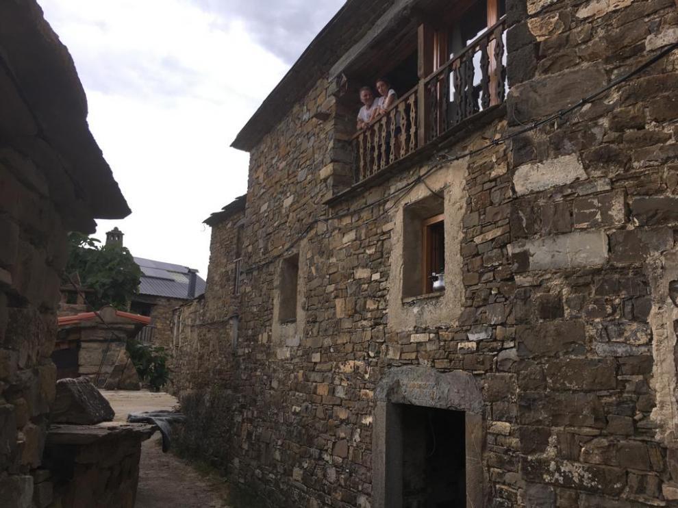 Los dos vecinos de Morillo de Sampietro asomados al balcón por el que uno de ellos vio pasar a Jesús Ríos.