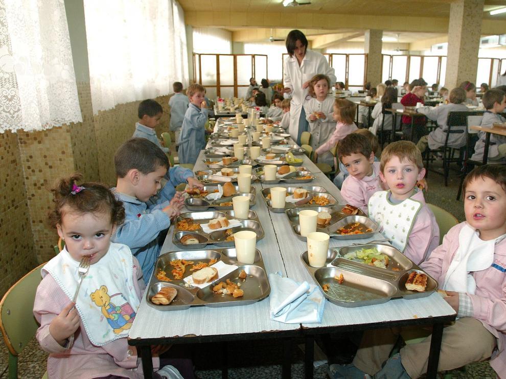 Niños comiendo en un comedor zaragozano.