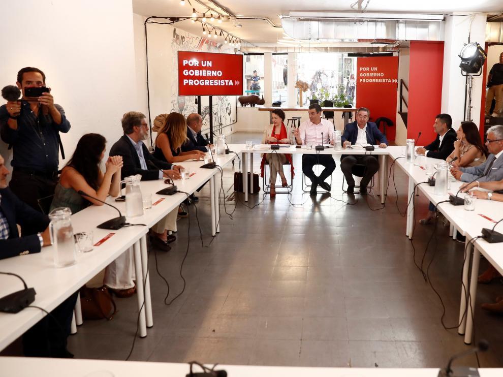 Pedro Sánchez junto a la ministra de Trabajo y el secretario de Empleo durante la reunión con organizaciones de autónomos.