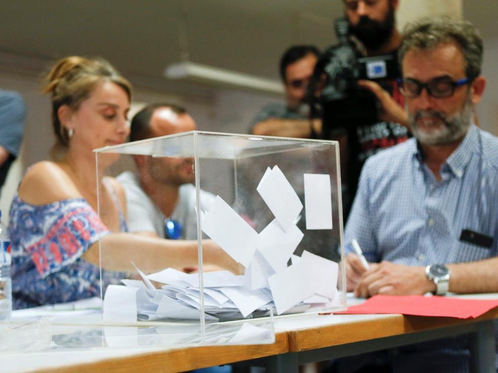 Miembros del comité de empresa Trablisa realizan la votación.