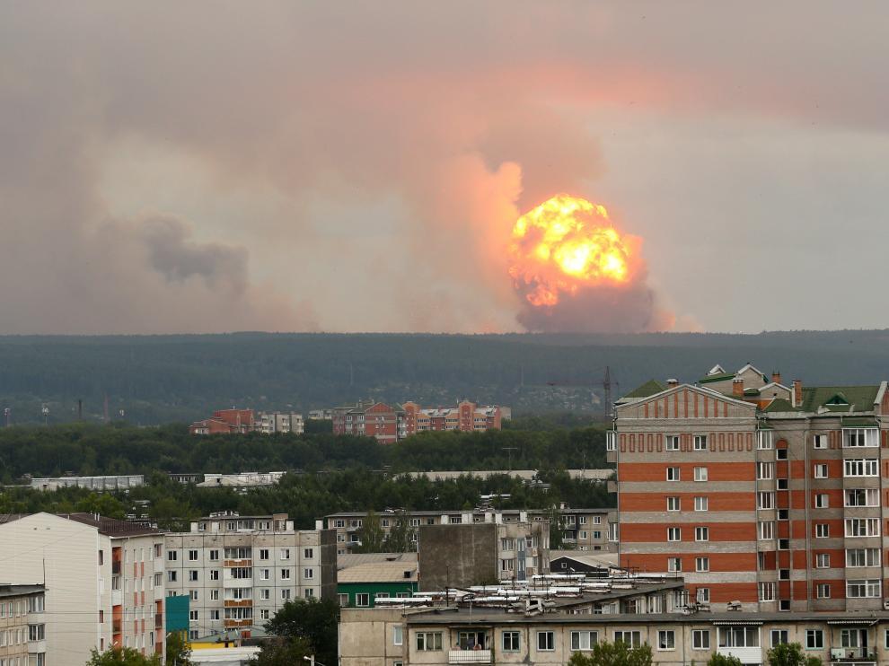 Vista de la explosión de un arsenal de proyectiles en una base militar de Rusia.