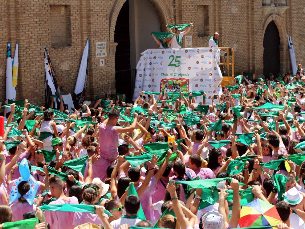 La plaza de San Lorenzo, abarrotada para arropar a Israel Gil y Ana Lite, de la peña 10 d'Agosto, en el acto de saludo al santo.