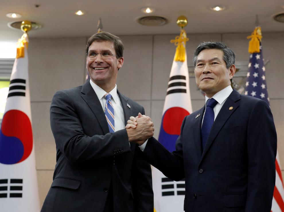 U.S. Defense Secretary Mark Esper and South Korean Defense Minister Jeong Kyeong-doo hold their hands ahead of a meeting at Defense Ministry in Seoul, South Korea, August 9, 2019. Lee Jin-man/Pool via REUTERS [[[REUTERS VOCENTO]]]