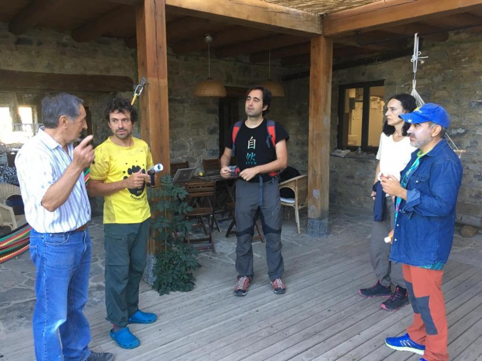Un grupo de voluntarios, entre ellos el hijo de Jesús Ríos, preparándose para la búsqueda.