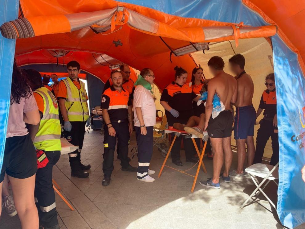 Varios jóvenes son atendidos en el puesto sanitario operativo de Protección Civil.