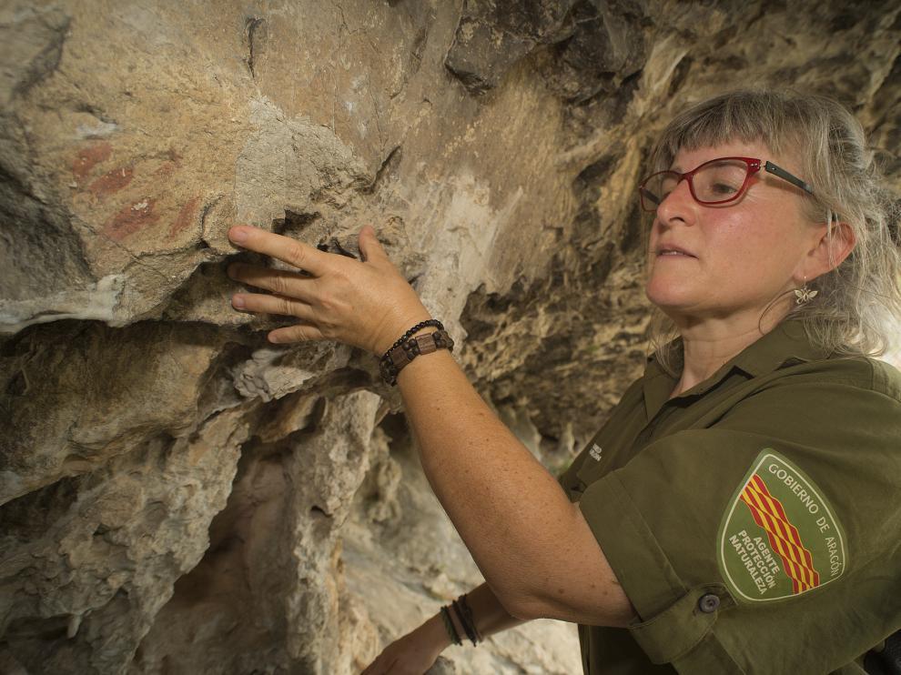 Ana Baquedano, junto a las pintura que descubrió a mediados de julio.