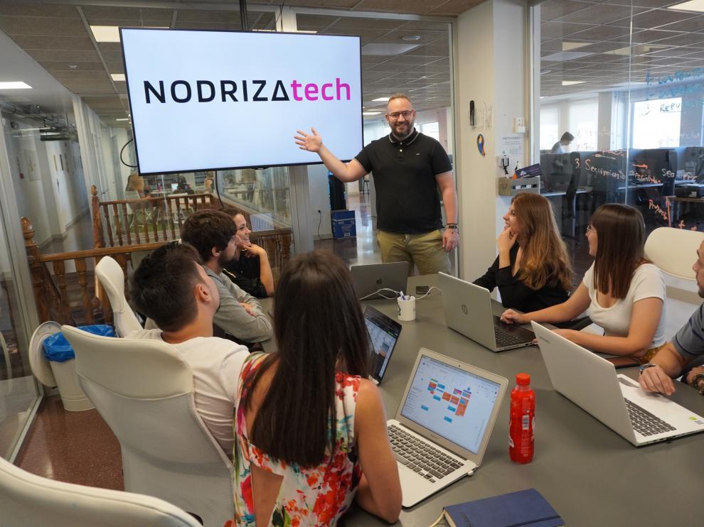 Pablo Sanagustín, Niusan, muestra el nuevo logo del grupo Nodriza a algunos de sus colaboradores