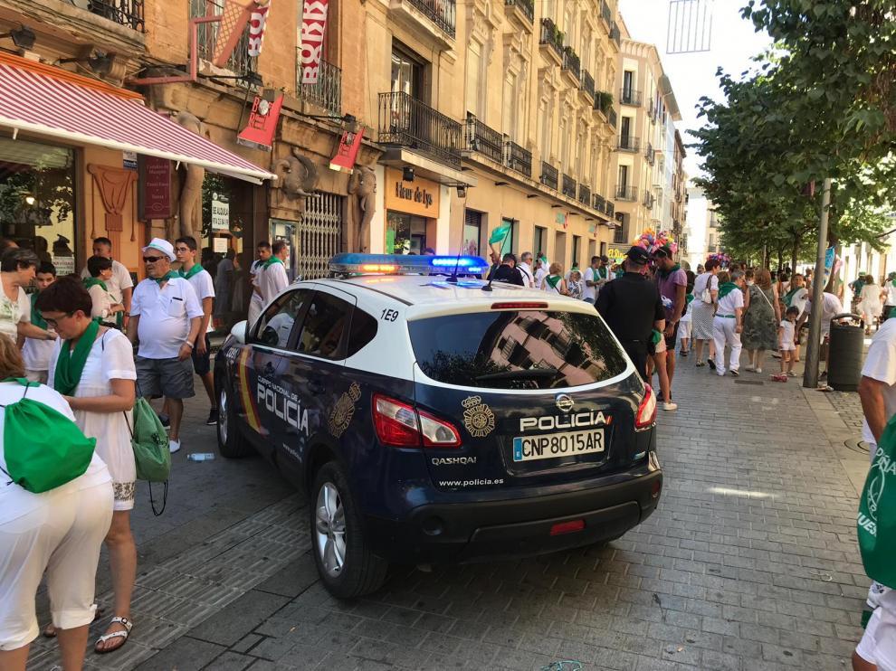 La seguridad se ha reforzado estos días en Huesca. En la imagen, un vehículo policial cruzado en el Coso.