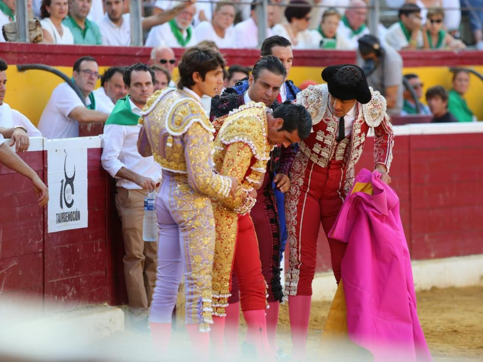 Emilio de Justo, doliéndose del pitonazo recibido en Huesca.