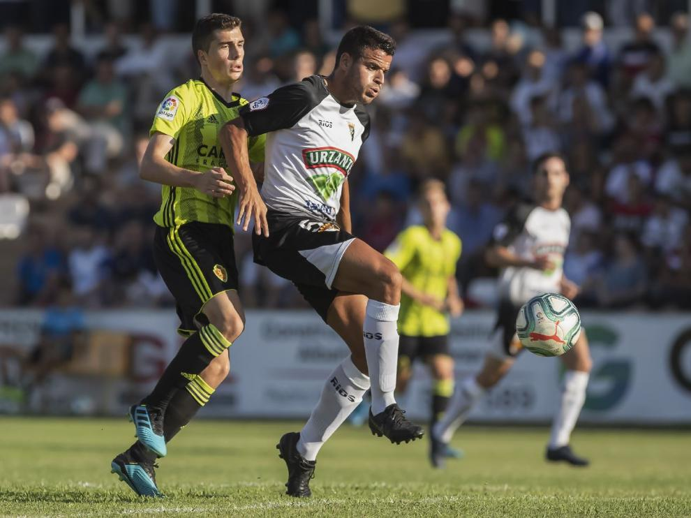 Soro pugna con el jugador del Tudelano Lalaguna en un lance del partido de este sábado en Tudela, donde el Real Zaragoza perdió 1-0.
