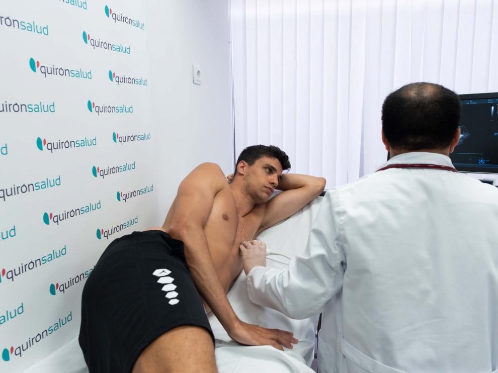 Alocén se somete a los exámenes médicos, ayer en el Hospital Quirónsalud Zaragoza.