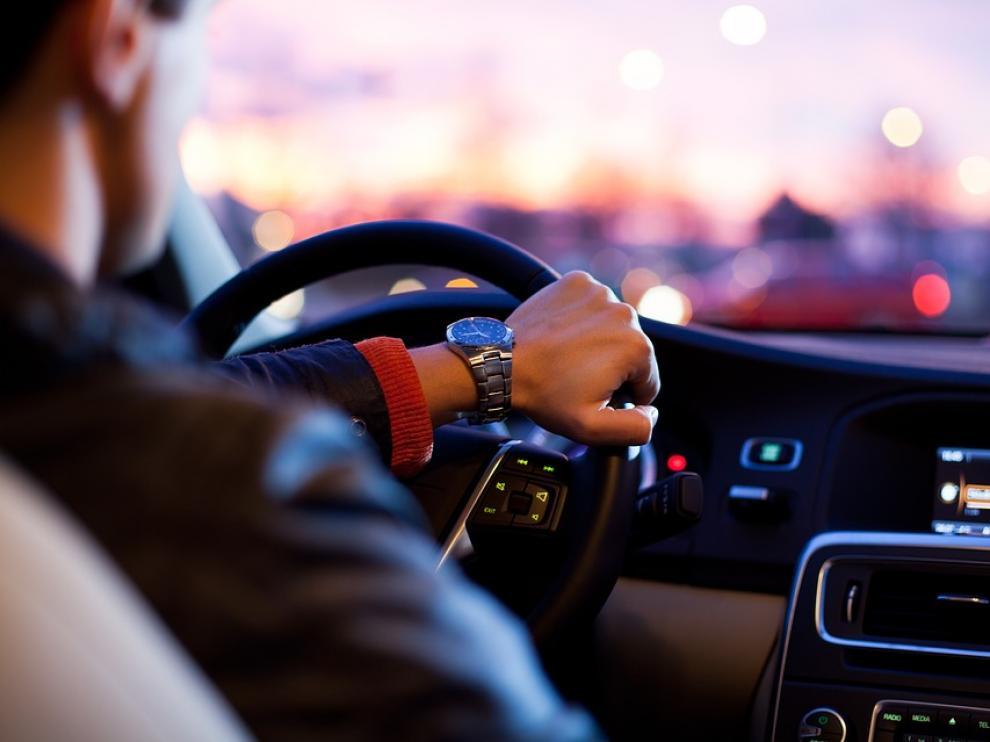 Circulaba en su vehículo con el copiloto sentado en la ventanilla y con el cuerpo fuera.