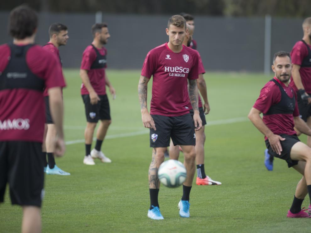Dani Raba, en el centro de la imagen, durante un entrenamiento con la SD Huesca.