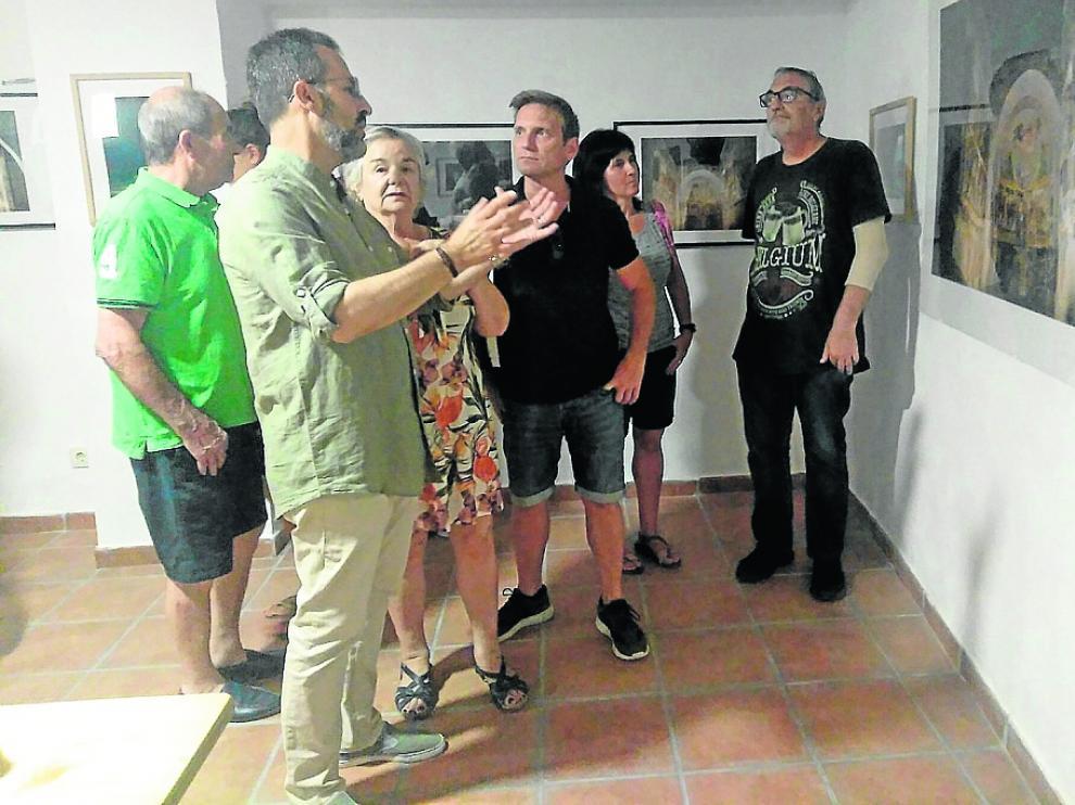 Los vecinos asistieron a la inauguración de la exposición en la sala del Calabozo de Urriés.