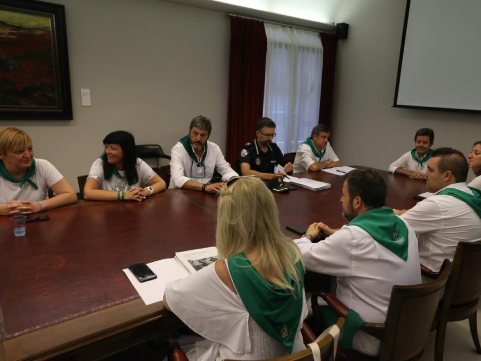 La junta de portavoces de Huesca reunidos para analizar el caso del delito sexual.