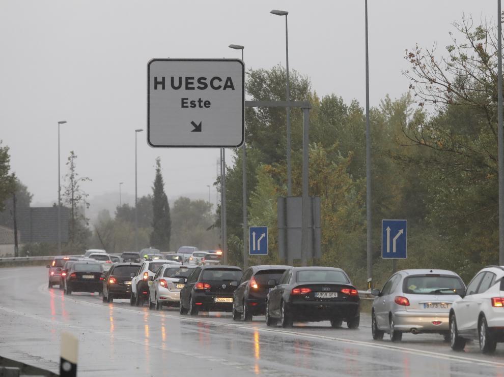 TEMPORAL - Cortada la entrada a Huesca por la N-240 por un coche averiado por el agua encharcada / 14-10-18 / Foto Rafael Gobantes [[[FOTOGRAFOS]]]