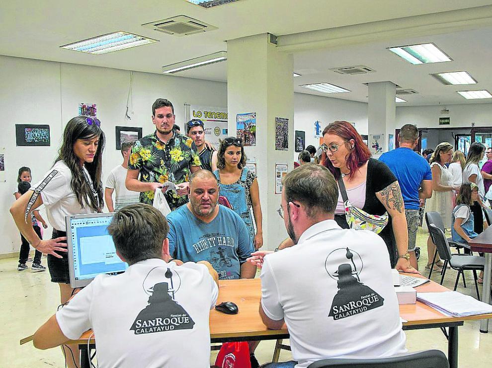 Los peñistas bilbilitanos esperan para inscribirse en las Fiestas de San Roque.