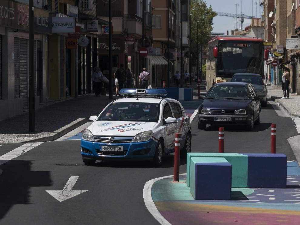 Un coche patrulla, en la calle de Antonio Leyva del barrio Oliver.