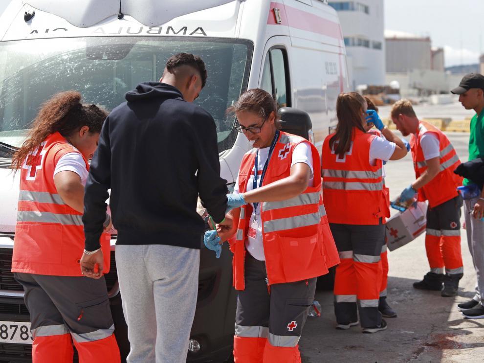Varios de los 34 inmigrantes de origen marroquí rescatados el pasado viernes por Salvamento Marítimo en aguas del Estrecho.