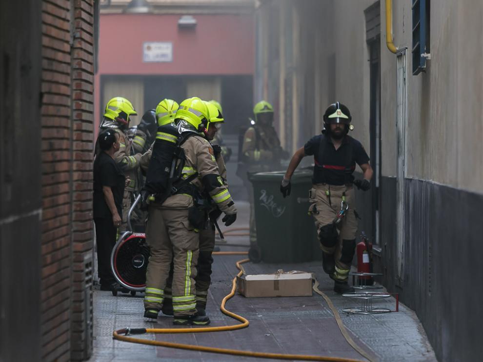 Los bomberos han accedido a la cocina del restaurante por la puerta trasera.