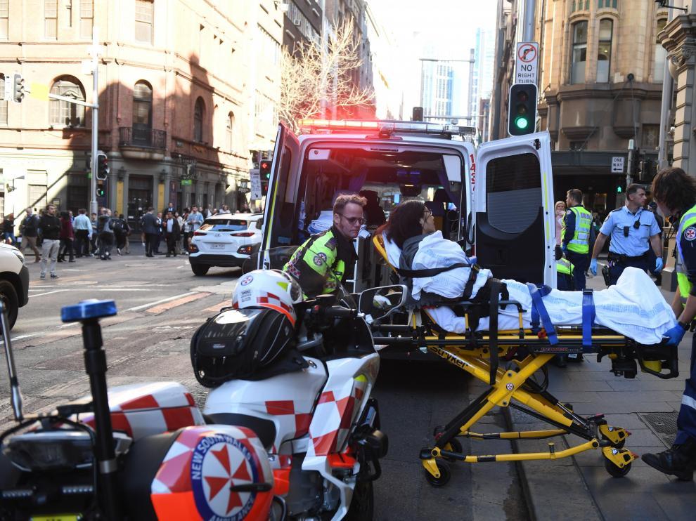 Una mujer es trasladada en ambulancia tras el ataque con cuchillo en Sídney.