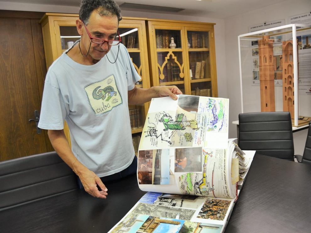 El presidente de la asociación El Patiaz muestra el Archivo Betoré que han recibido.