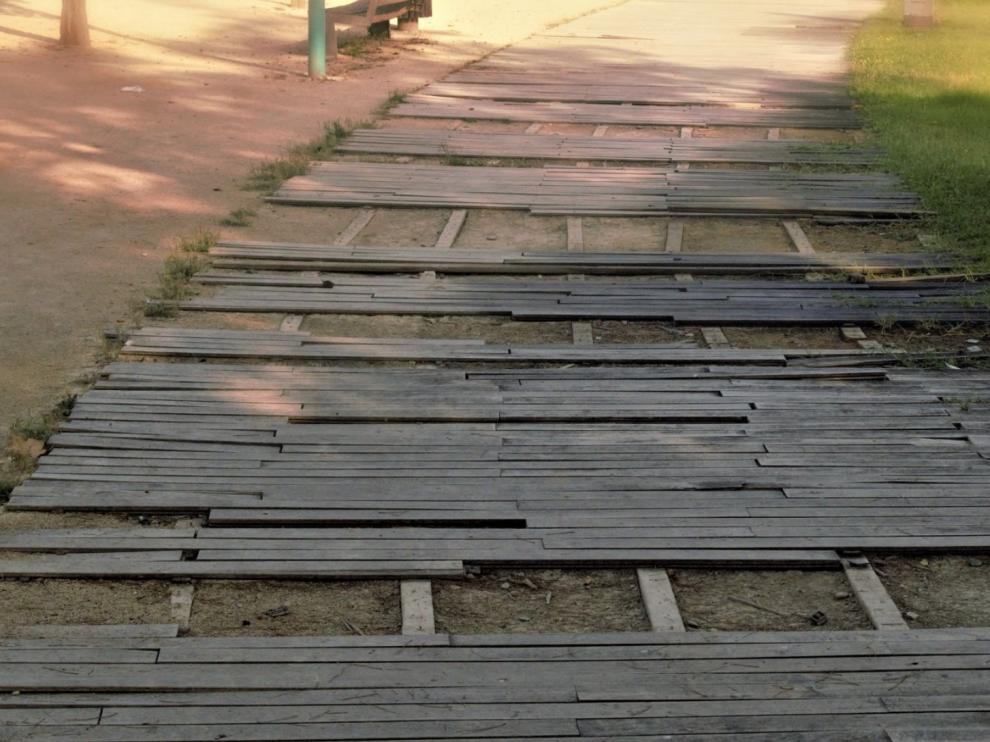 Estado de la pasarela de madera de la ribera a su paso por el barrio de Las Fuentes.
