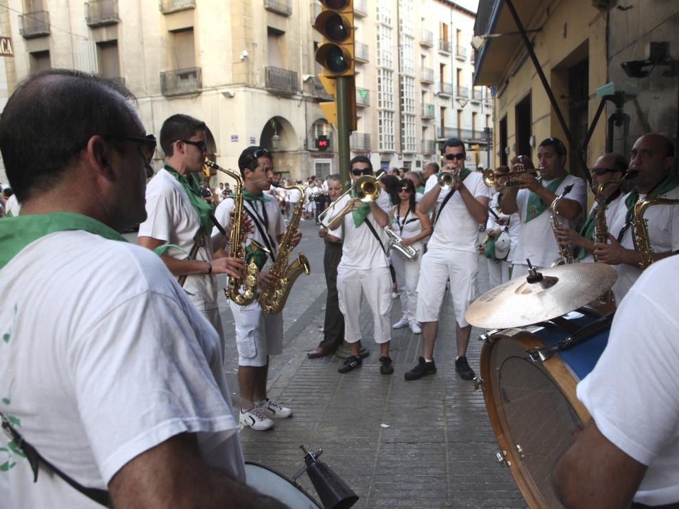 Fiestas de San Lorenzo 2012- Carreras de burros en los Porches de Galicia /Foto Rafael Gobantes / 11-8-12
