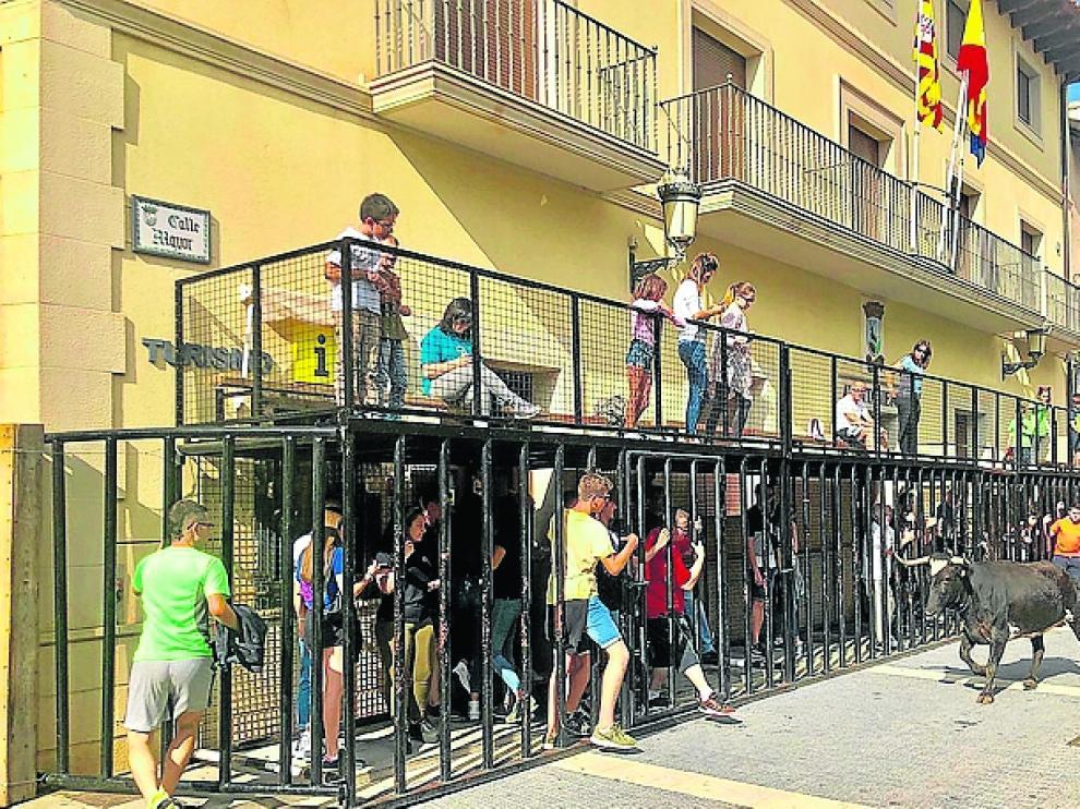 Vaquillas por las calles de La Puebla de Valverde.