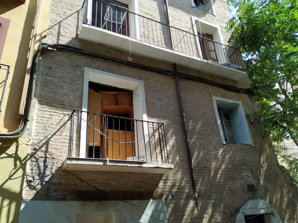 Los jóvenes acceden al piso okupa trepando por el balcón.