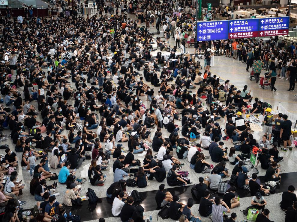 Hong Kong (China), 13/08/2019.- Protesters attend a sit-in against police violence in Hong Kong Chek Lap Kok International Airport, Hong Kong, China, 13 August 2019. Air passengers are facing a second day of disruption as the airport slowly gets back to capacity, following a mass protest on 12 August. Hundreds of flights are still marked as cancelled. (Protestas) EFE/EPA/LAUREL CHOR Anti-government protesters sit-in at Hong Kong airport