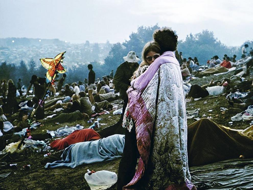Pareja abrazada en el festival de Woodstock de 1969.