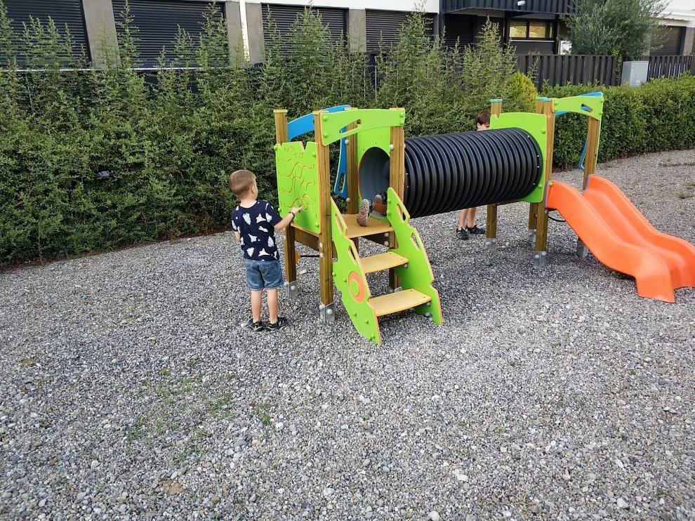 Aínsa moderniza con nuevos juegos sus parque infantiles.
